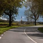 Le clocher d'Ars depuis la route - Fred Blum